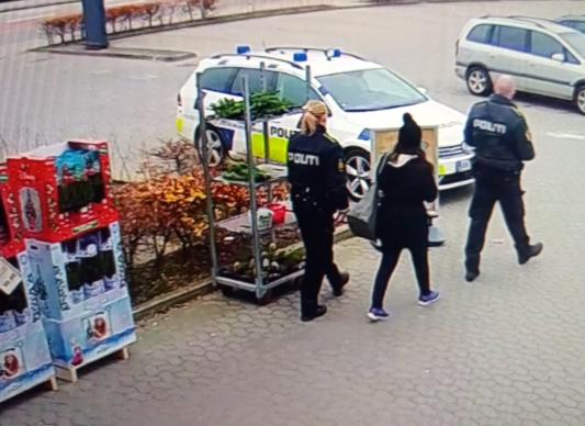 Butikstyv anholdt af R4Y Butiksdetektiven afhentes af Politiet
